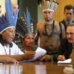 Mobilização Abril Indígena. Brasília-DF, abril de 2006. Reunião dos representantes indígenas com o Presidente da Câmara dos Deputados.